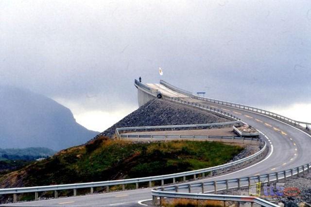 جسر رهيب يخدع السائقين hwaml.com_1316696493_147.jpg