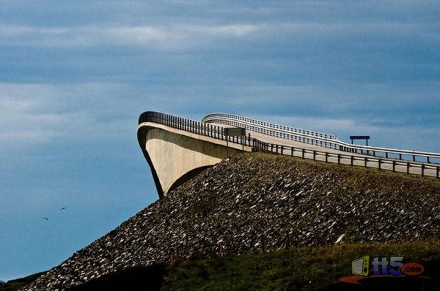 جسر رهيب يخدع السائقين hwaml.com_1316696494_979.jpg