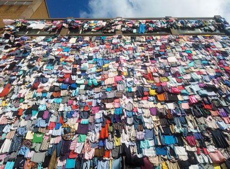 عماره مغطاة بالملابس