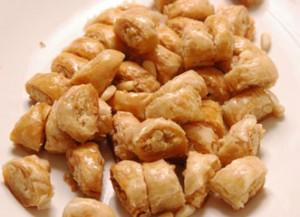 طريقة عمل حلى الوربات بالصنوبر ، وصفة حلى الوربات بالصنوبر