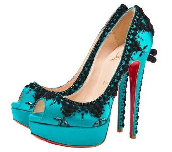 لأحذية الكعب العالي بس غريبة عاشقة الكعب