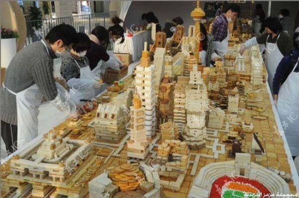 صيني يبني نموذج لمدينة شنقهاي من البسكويت hwaml.com_1357462232