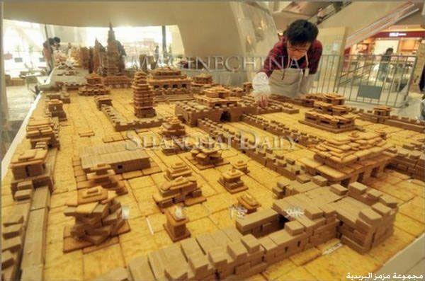 صيني يبني نموذج لمدينة شنقهاي من البسكويت hwaml.com_1357462233