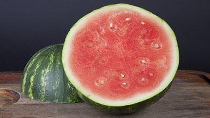 اتيكيت طريقة سهلة وسريعة لتقطيع البطيخ hwaml.com_1380380272