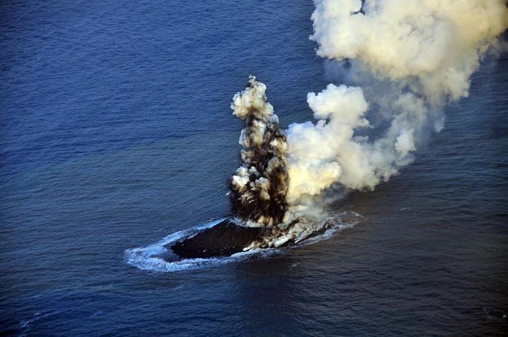 صور نادرة للحظة صعود جزيرة إلى سطح الماء Hwaml.com_1398935374_228