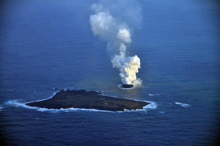 صور نادرة للحظة صعود جزيرة إلى سطح الماء Hwaml.com_1398935374_263