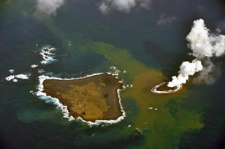 صور نادرة للحظة صعود جزيرة إلى سطح الماء Hwaml.com_1398935374_438
