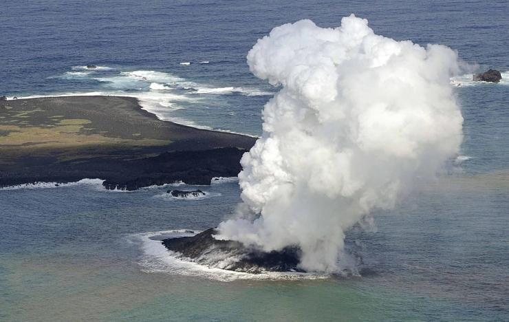 صور نادرة للحظة صعود جزيرة إلى سطح الماء Hwaml.com_1398935374_468