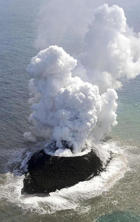 صور نادرة للحظة صعود جزيرة إلى سطح الماء Hwaml.com_1398935374_577