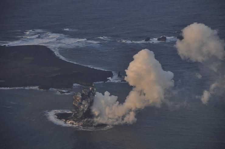 صور نادرة للحظة صعود جزيرة إلى سطح الماء Hwaml.com_1398935374_663