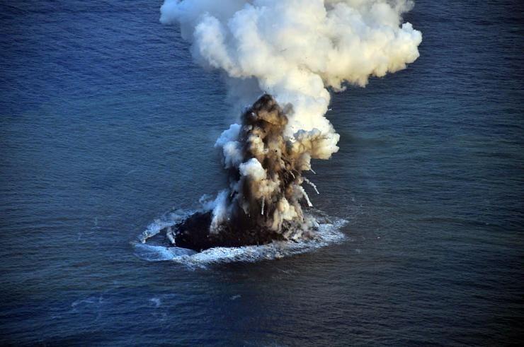 صور نادرة للحظة صعود جزيرة إلى سطح الماء Hwaml.com_1398935374_800