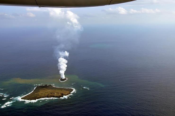 صور نادرة للحظة صعود جزيرة إلى سطح الماء Hwaml.com_1398935374_981